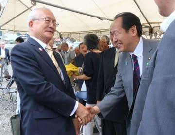 握手を交わす戸田氏(左)と戸羽氏=9月8日、大船渡市