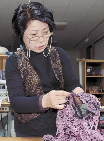 ドレスを手縫いで仕立てる高野さん