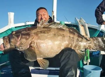 【佐野正幸さんと釣り上げた重さ40・4キロの大物クエ(和歌山県すさみ町で)=黒龍丸提供】
