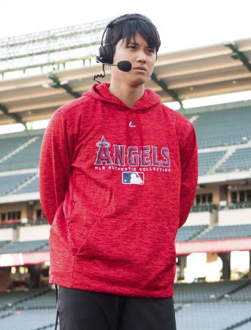 今季のア・リーグ新人王に選出され、インタビューに答える米大リーグ、エンゼルスの大谷翔平選手=12日、アナハイム(Angels Baseball提供・共同)