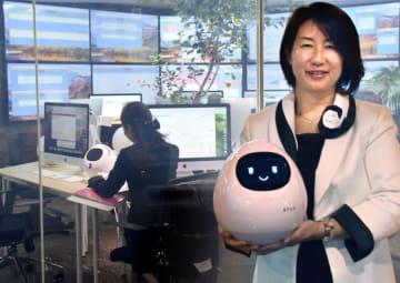ワーコンが販売するAIロボット「anco」。奥はコールセンター=5日、福岡市