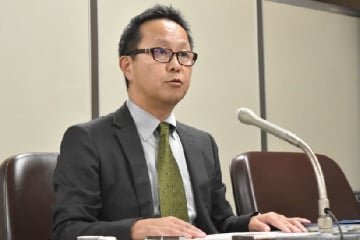 会見する原告代表者の前田拓氏