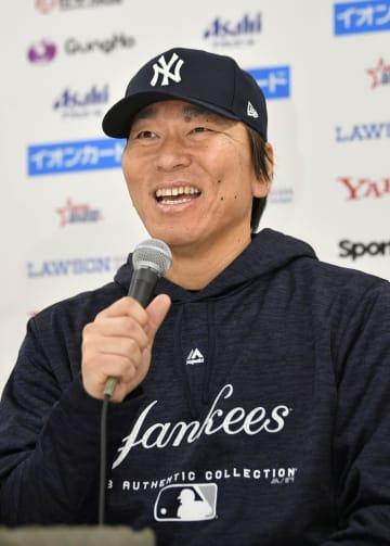 記者会見でエンゼルス・大谷の新人王を祝福する松井秀喜氏=13日、広島市のマツダスタジアム