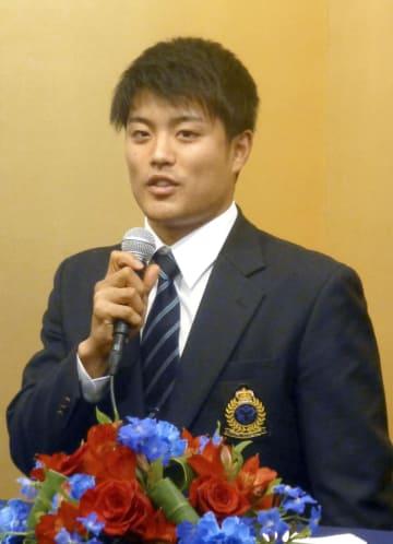 入団に合意し、記者会見する西武ドラフト1位の松本航投手=13日午後、東京都内のホテル