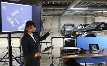 自動駐車システムについて説明する担当者=13日、東京都港区