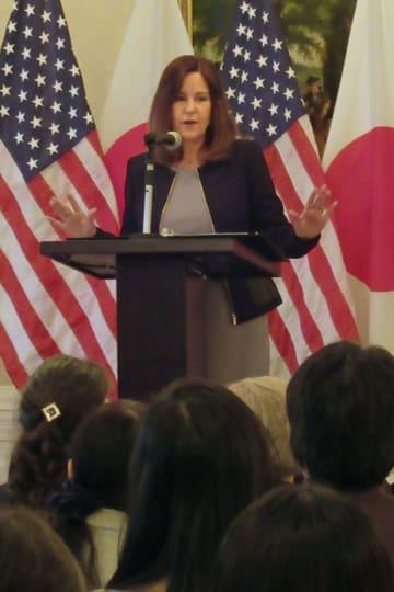 アートセラピーの重要性を訴えるカレン・ペンス米副大統領夫人=13日、東京都港区