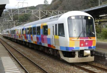 JR東日本の観光列車「きらきらうえつ」=10月、山形県鶴岡市