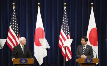 会談後、共同記者発表するペンス米副大統領(左)と安倍首相=13日午後、首相官邸