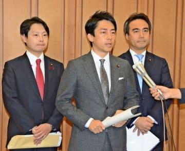 経団連の幹事会に出席後、取材に応じる小泉氏(中央)=13日午後、東京都内