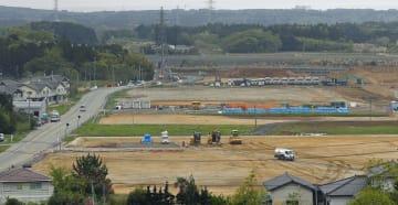 福島県大熊町の新しい役場の建設予定地(手前)=4月24日