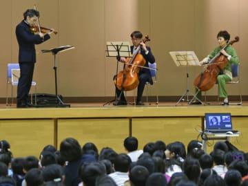 めぐみさんの帰国を願う音楽集会で演奏する横田めぐみさんの同級生ら=13日午後、新潟市