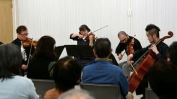 宇土市役所仮設庁舎で演奏する本田純一さん(左端)ら日本フィルハーモニー交響楽団の楽団員