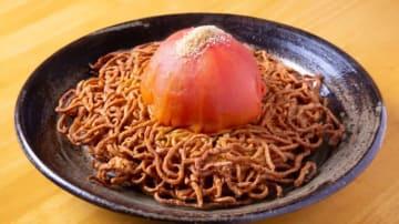 エビとトマトの両面堅焼きソバ 1,500円(税抜き) 焼き色が付いた麺の上に、大ぶりのトマトがポンとのっているオブジェ的な見た目。粉チーズをかけて彩りを添える