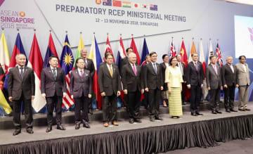 RCEP閣僚会合で記念写真に納まる各国の参加者=12日、シンガポール(共同)