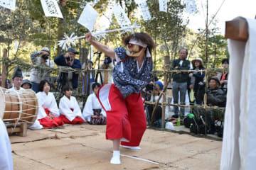 巨田神社の秋祭りで奉納された勇壮な巨田神楽