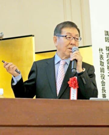 講演するニトリホールディングスの似鳥会長兼CEO(京都市中京区のホテル)