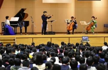 横田めぐみさんの母校新潟小学校で開かれた帰国を願う音楽集会=13日、新潟市中央区