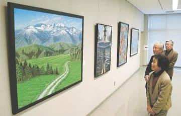 市内の景観を切り取った作品などが並ぶ美術展