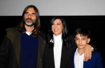 左から、製作者・作曲家のカレド・マウザナー、ナディーン・ラバキー監督夫妻と、主演のゼイン・アル・ラフィーア