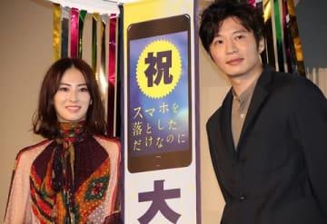 映画「スマホを落としただけなのに」の大ヒット御礼舞台あいさつに登場した田中圭さん(右)と北川景子さん