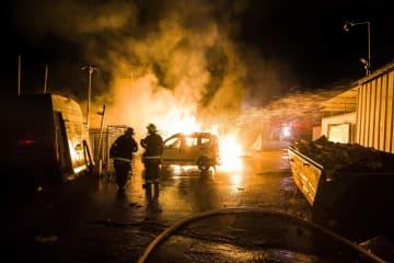 パレスチナ自治区ガザからのロケットが着弾した現場で活動するイスラエルの消防士=12日、イスラエル南部(AP=共同)
