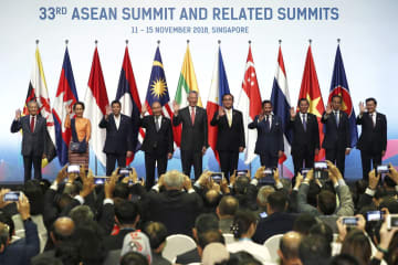 13日、ASEAN首脳会議の開幕セレモニーで記念撮影する首脳ら=シンガポール(ロイター=共同)