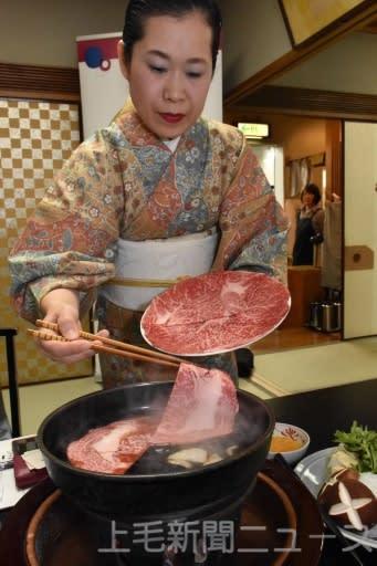 県産食材100%のすき焼きを調理する伊勢重の店員