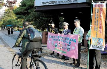 通勤・通学時間帯に多くの自転車が行き交う仙台市中心部。条例の認知度は低く、市は啓発に力を入れる=7日午前8時20分ごろ、青葉区の勾当台公園付近