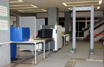 広島簡裁と地裁、高裁の庁舎の入り口に設置されているゲート式金属探知機と手荷物検査機