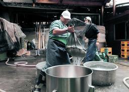 仕込みに向けて米を洗う作業を始めた蔵人ら=山陽盃酒造