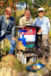 手作りの巣箱の前でニホンミツバチを見守る(左から)北野哲男さん、笹原正春さん、前田保和会長=三田市大川瀬