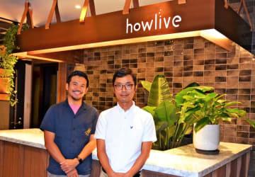 12月開業の「howlive 沖縄タイムスコワーキングプレイス」を運営するマッシグラ沖縄タイムスの金子智一社長(左)と木下勝彦取締役=13日、那覇市・タイムスビル