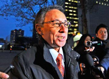 国連訪問後、記者団の質問に答える玉城デニー知事=12日午後、米ニューヨークの国連本部前