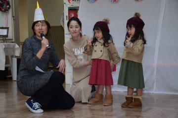 双子でそろえたコーディネートを紹介するファッションショーに登場した姉妹=佐賀市のほほえみ館