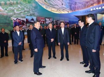 習近平氏、慶祝改革開放40周年大型展を見学