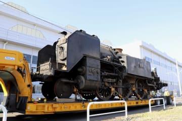 報道陣に公開された蒸気機関車「C11」=14日午前、埼玉県久喜市