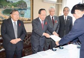 青山市長に要望書を手渡す沼田会長(左から2人目)