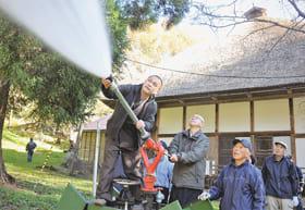 放水銃の取り扱いを再確認した有珠善光寺の防災訓練