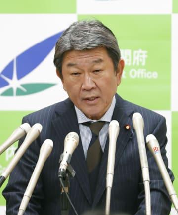 記者会見する茂木経済再生相=14日午前、内閣府