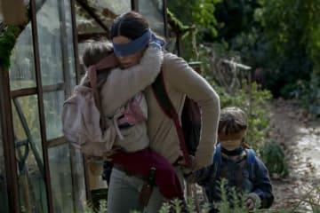 視界を奪われた世界で母子は生き残れるのか? Netflixオリジナル映画『バード・ボックス』