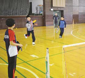 レクリエーションでスポンジテニスを楽しむ子どもたち