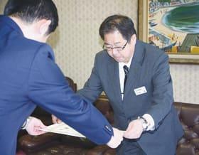 青山市長から感謝状を受け取る千坂所長