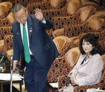 衆院内閣委で答弁のため挙手する桜田五輪相。右は片山地方創生相=14日午前