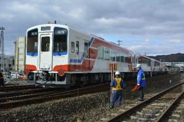 三陸鉄道の久慈車両基地に到着した新車両。JR山田線の運営移管後に投入される=13日、久慈市