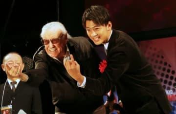 スタン・リーさんと竹内涼真(2016年の「東京コミコン」にて)