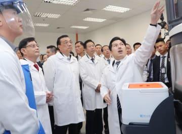 李克強総理、シンガポールのバイオ医薬品企業を視察