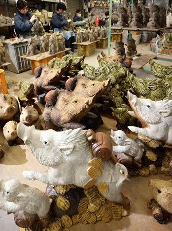 製作が最盛期を迎えた来年のえとのイノシシの置物(滋賀県甲賀市信楽町・陶仙民芸)