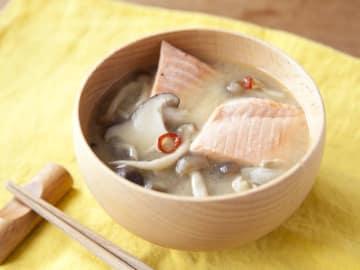 たっぷりのきのこと秋鮭を使った、秋を感じる具沢山みそ汁のレシピです。忙しい日には、この味噌汁とごはんだけで満足できる食卓になります。