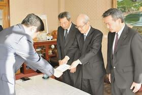 青山地区長に目録を手渡す藤川会長(右から2人目)ら