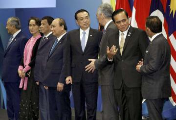 記念撮影に並ぶ中国の李克強首相(右から4人目)とASEANの首脳ら=14日、シンガポール(ロイター=共同)